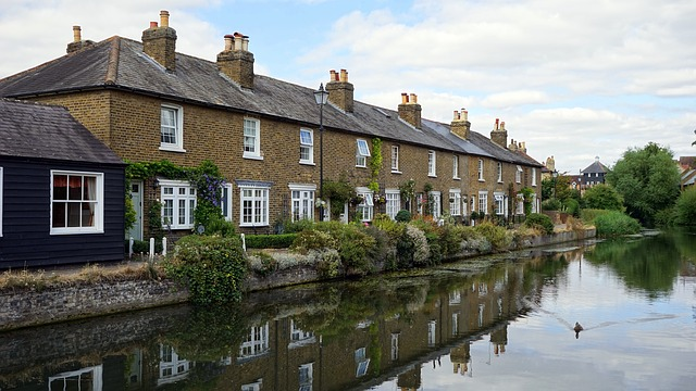 Houses in Hertfordshire along a river